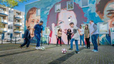 Spellende kinderen die voetballen