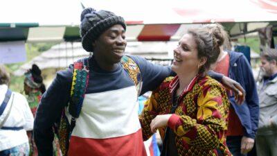 Een lachende man en lachende vrouw op de markt