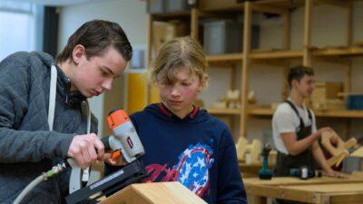 Twee kinderen bezig in werkplaats