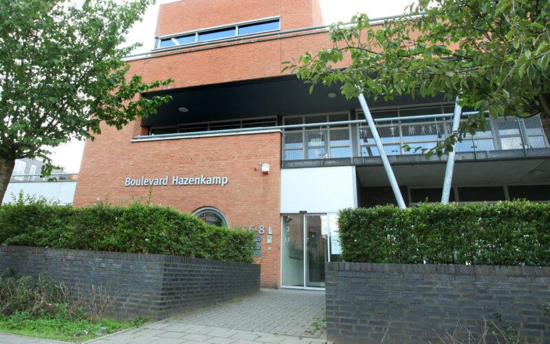 Gebouw van buurthuis Boulevard Hazenkamp vanaf de straat gezien