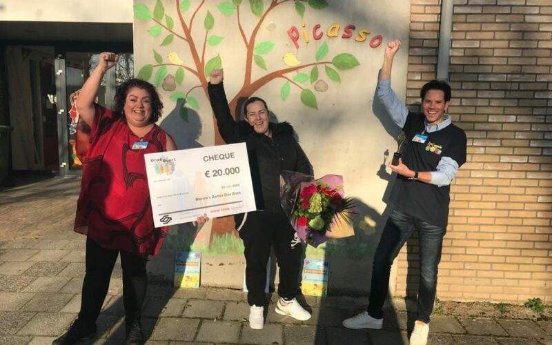 Medewerkers van Incluzio en vrijwilligers nemen trots hun prijs in ontvangst